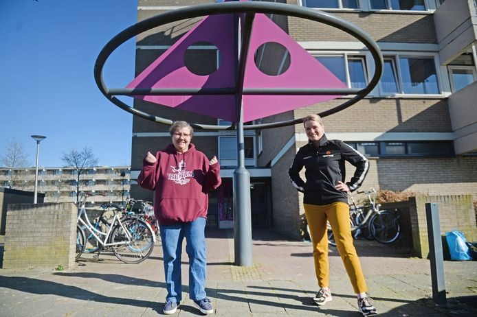 Paulien van Ewijk (L) gaat meedoen aan het traject van Sportaal Menzis en de gemeente Gezonde Levensstijl Interventie. Maaike van Dartel van Sportaal is projectleidster.
