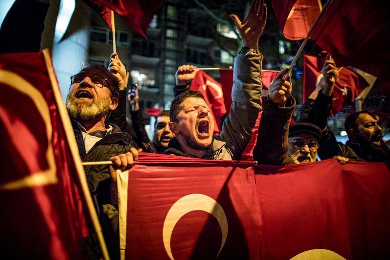 ROTTERDAM - Turkse demonstranten voor het Turkse consulaat in Rotterdam. De Turkse minister van Familiezaken Fatma Betül Sayan Kaya is vannacht Nederland uitgezet als 'ongewenste vreemdeling' toen ze in het Turkse consulaat in Rotterdam een toespraak wilde houden over een aanstaand referendum over de Turkse grondwet. Beeld Freek van den Bergh / de Volkskrant
