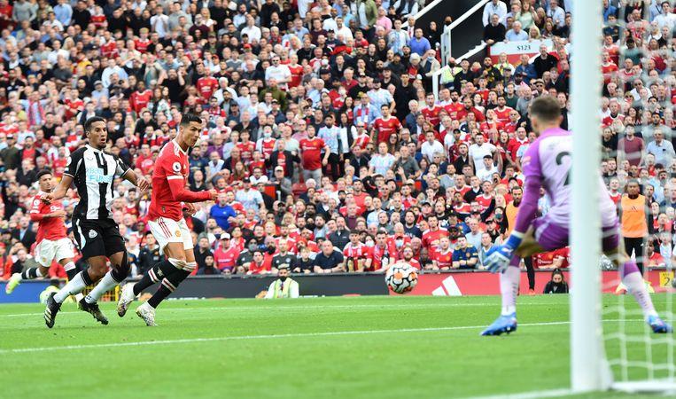Cristiano Ronaldo scoort het tweede doelpunt voor Manchester United. Beeld EPA