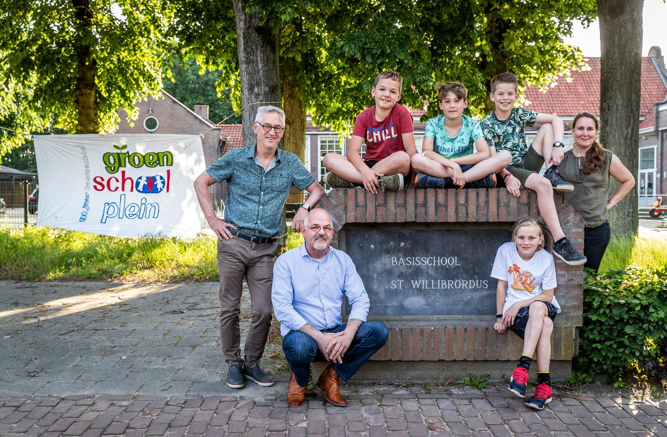De plannenmakers voor een groener schoolplein in Riethoven. Van links naar rechts Will van Gerwen, Guus Kennis, Julius Klignet, Jurre Vervest en Ilse Duisters.  Zittend Stan Schilleman en Rover Boersma.