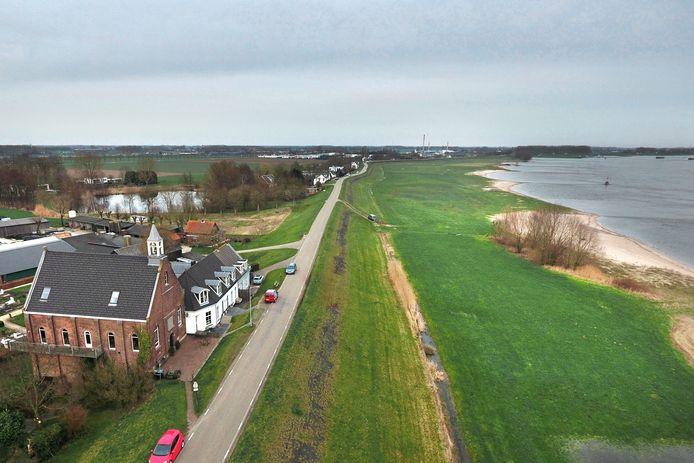 De Waaldijk bij Vuren.