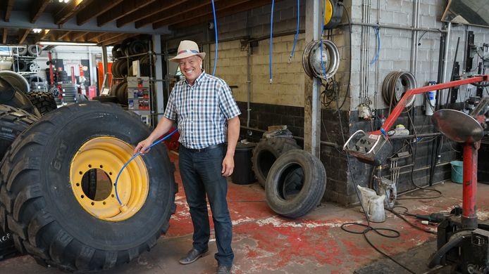 Marc Staes demonstreert het nieuwe systeem om lucht uit oude banden te recupereren.