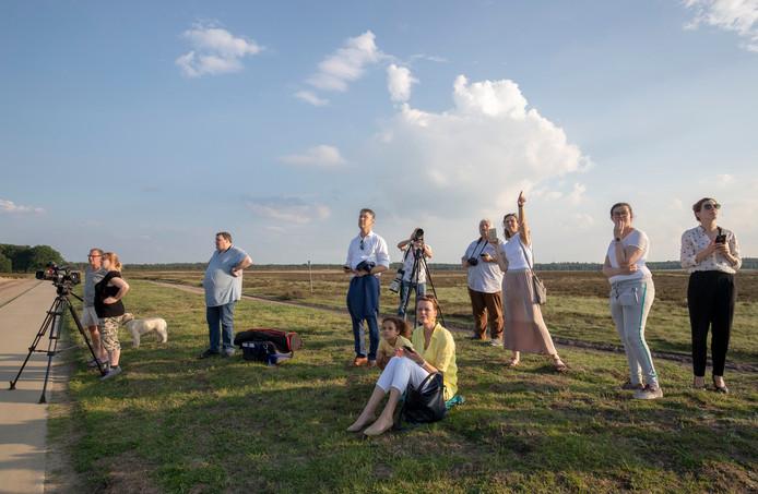 Edenaren wachten op het testvliegtuig op de Ginkelse Heide.