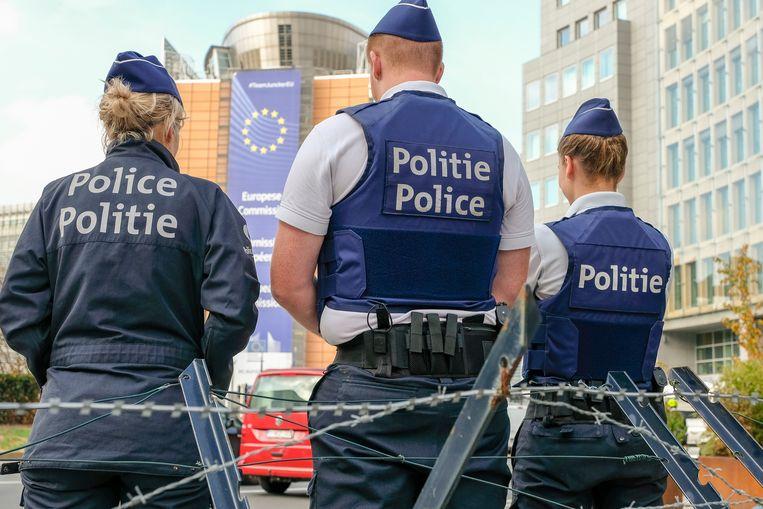 De politie bewaakt de Europese wijk.