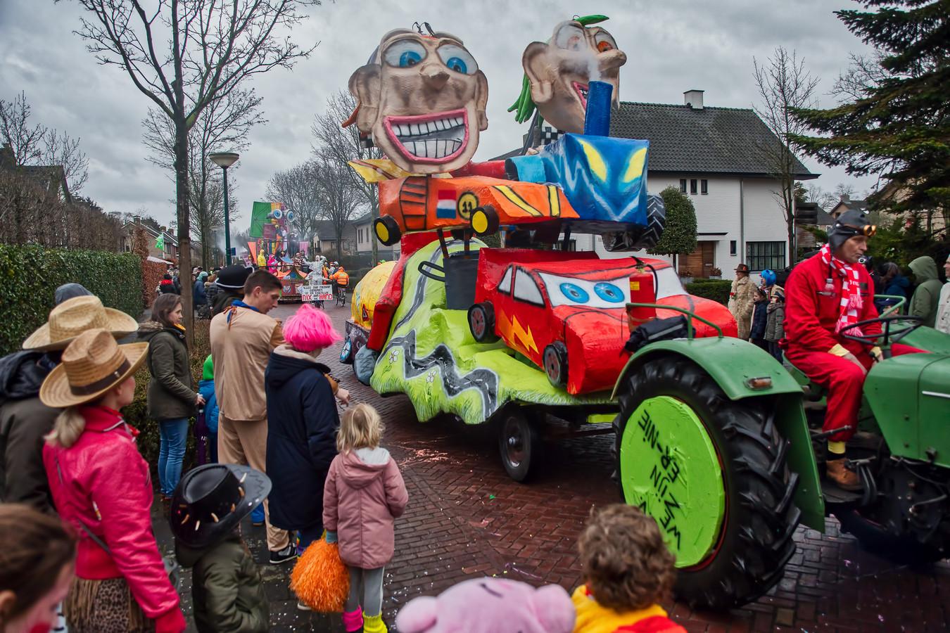 De wagen van CV Ze zijn er niet rijdt door de straten van Bosuilendorp. Dat was afgelopen carnaval. Voor dit seizoen zijn alle binnen- en buitenactiviteiten afgelast.