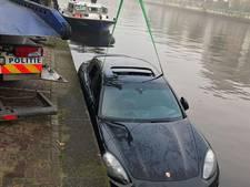 Brandweer en politie vissen Porsche uit water