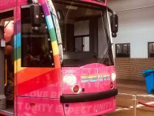 Amsterdamse ov-bedrijven hullen zich in regenboogkleuren