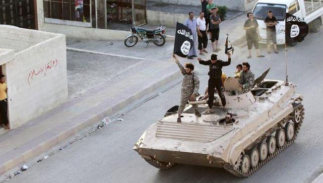 IS-strijders in Raqqa. De zelfverklaarde hoofdstad van het kalifaat staat onder grote militaire druk van de coalitie tegen IS.