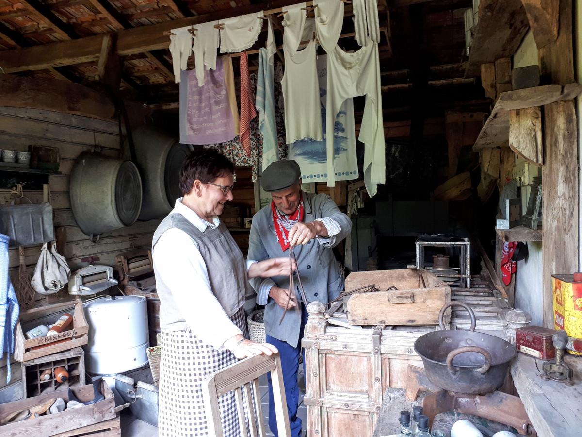 Mia en Ad in de schuur van hun boerenmuseum.