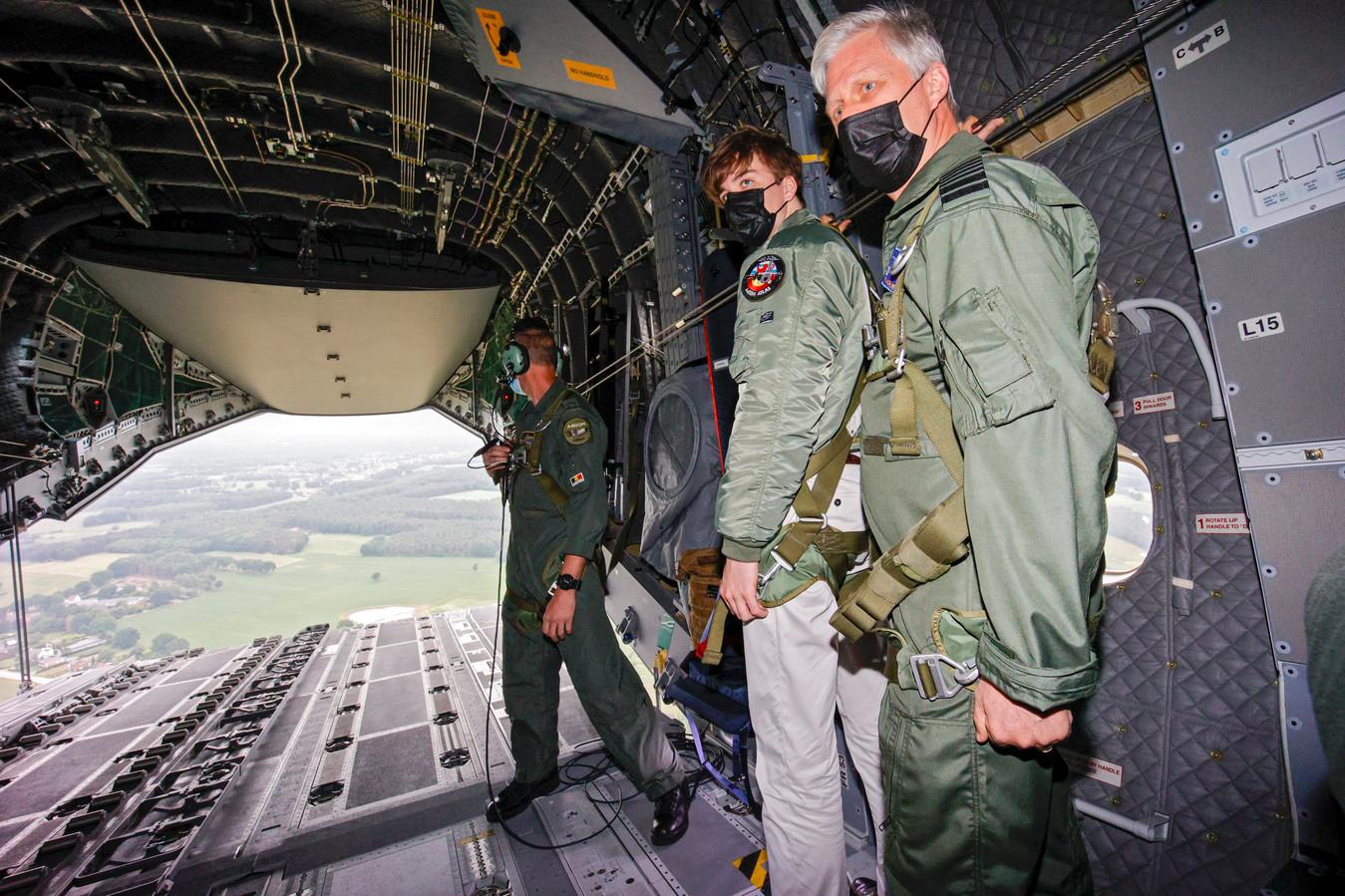 Koning Filip en prins Gabriël aan boord van de A400M.