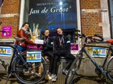 Sam (19) en Dennis (24) fietsen van Friesland naar bakermat van Bossche bol, óndanks schommelende suikerspiegel