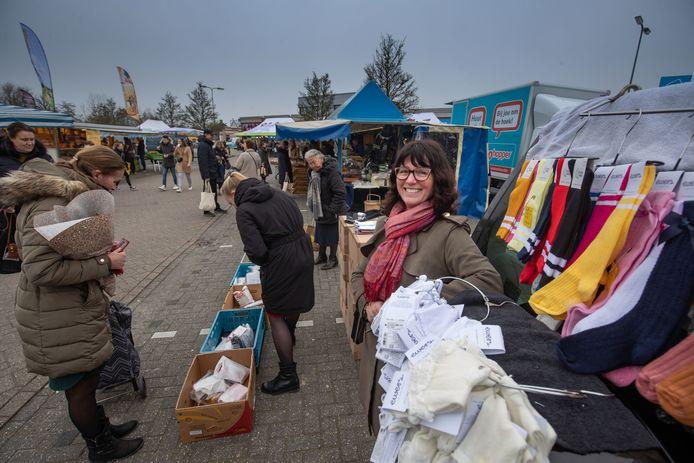 Petra van Kampen staat met kleding op de markt van Urk. Deze gemeente expirimenteert hoe bestellen en afhalen veilig kan bij kooplieden met non-food.