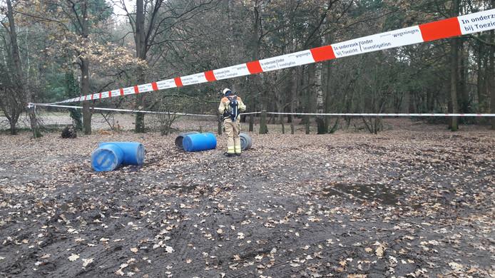 Brandweerlieden hebben de vaten onderzocht. De omgeving van de vindplaats is afgezet.