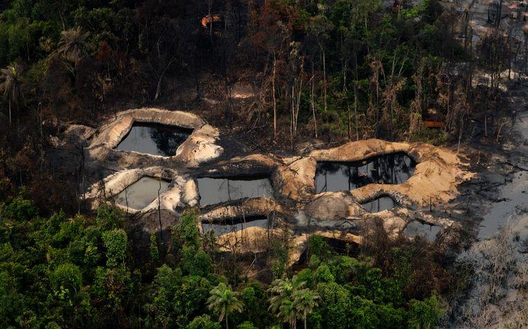 Luchtfoto uit 2017 van vervuiling en illegale olieraffinaderijen in de Nigerdelta in Nigeria. Lekkende pijpleidingen van Shell door diefstal van ruwe olie en illegale verwerking zorgen voor grootschalige vervuiling in het gebied. Beeld ANP, Robin van Lonkhuijsen