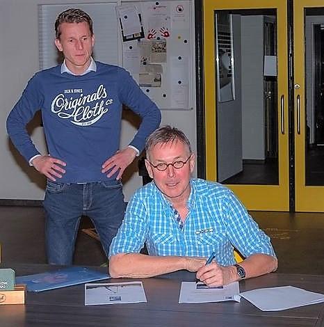 Remco Kuipers van OVI kijkt toe als stichtingsvoorzitter André Jansen de  overeenkomst tekent