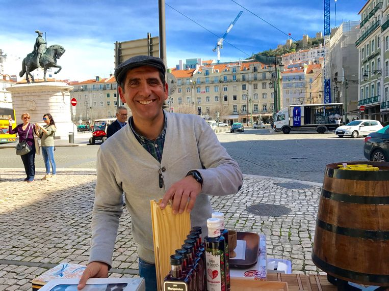Ginjinha-verkoper António Gonçalves: 'De riem gaat heel langzaam steeds een gaatje losser.' Beeld RV