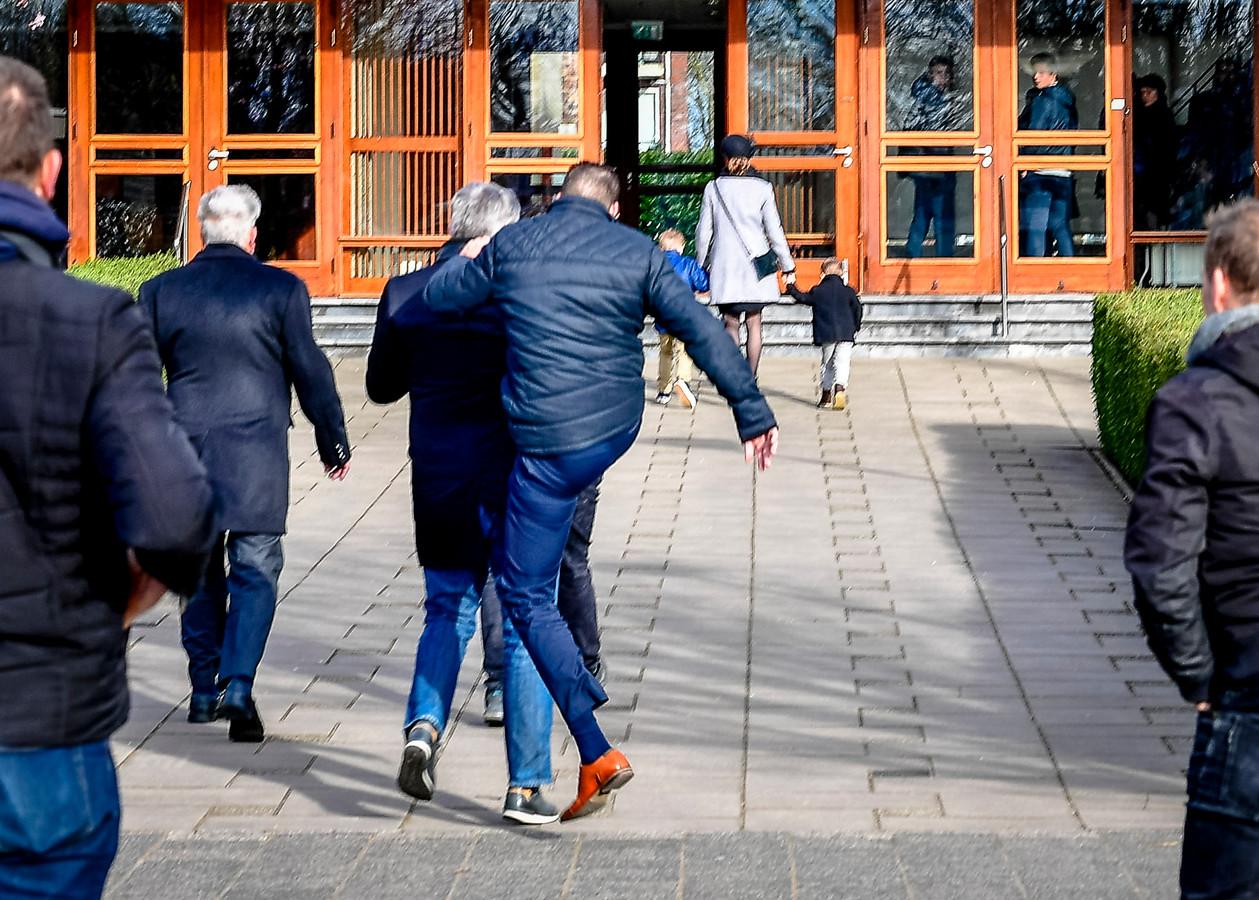 De Mieraskerk in Krimpen aan den IJssel laat honderden mensen toe en een kerkganger valt journalist aan.