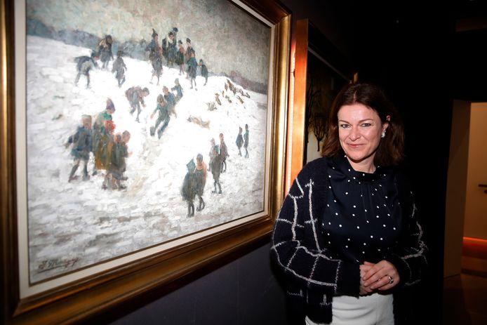 """Jill Peeters bij het kunstwerk waar zij een verhaal over vertelde. """"Als weerkundige sprak me dit erg aan. Je ziet gewoon dat het een koude winter was toen dit tafereel werd geschilderd"""", lacht Jill."""