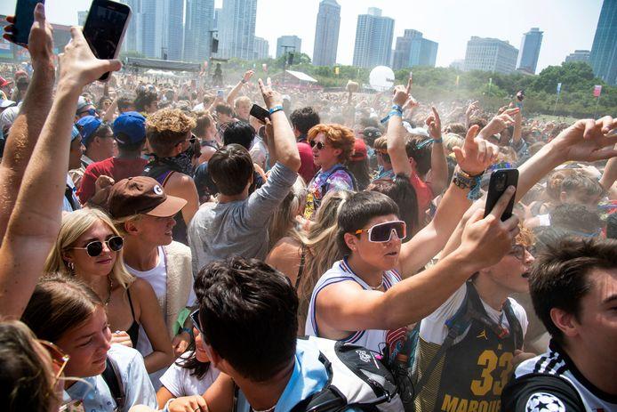 Des festivaliers assistent à la quatrième journée du festival de musique Lollapalooza, dimanche 1er août 2021, au Grant Park à Chicago.