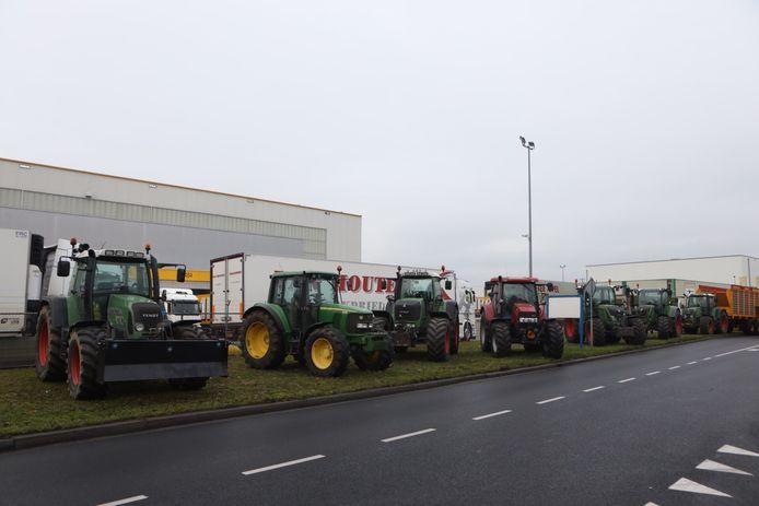 Tractoren staan in rijen opgesteld.