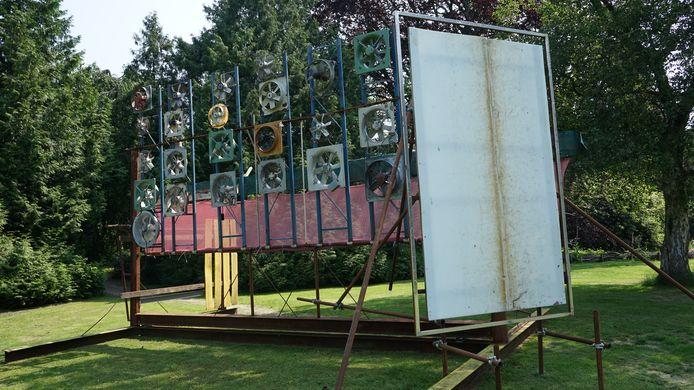 Willem Boel plaatste een constructie van gerecycleerde ventilatoren. Een deel van de materialen zijn afkomstig van de sloop van een wijkschooltje in zijn geboortedorp Nieuwkerken.
