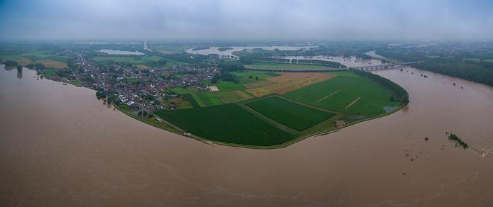 De Maas in Kotem. De dijken vormen een mooi lijnenspel.