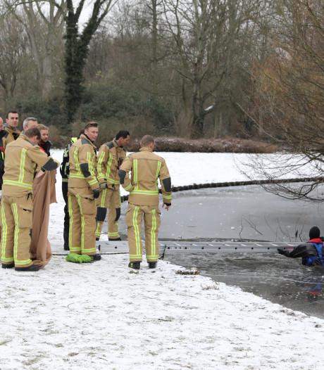 Brandweer redt halfnaakte scholier die door het ijs is gezakt in Wilhelminapark