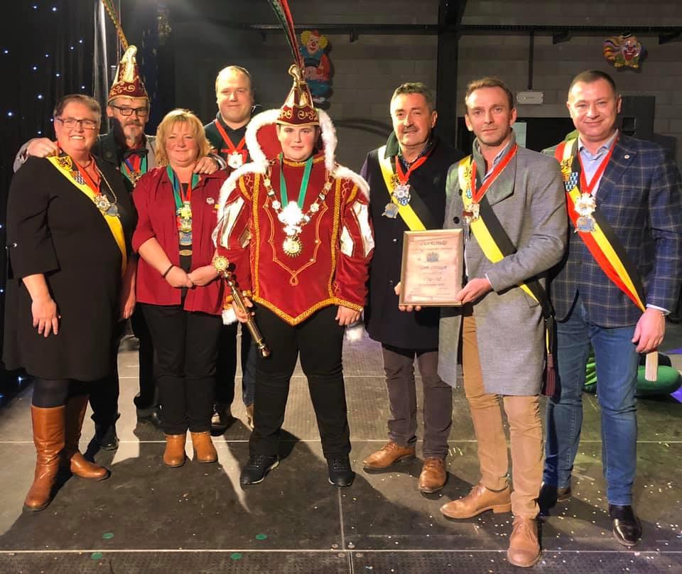Een delegatie van het gemeentebestuur samen met enkele leden van het bestuur van CV De Gildegarde Glabbeek en prins Seppe I