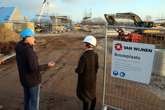 Wethouder Lyda Sneevliet (rechts) brengt een bezoek aan nieuwbouwwijk De Dijkjes in Elburg.