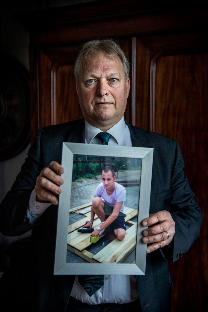 Erik Ziengs met een foto van Joël. Nog steeds kan hij niet praten over zijn verlies zonder dat hij volschiet.
