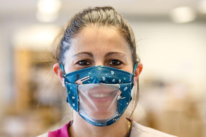 Een mondkapje met een doorzichtig venster (l) en het gelaatsmasker van het personeel van Brasserie Bellevue (r).