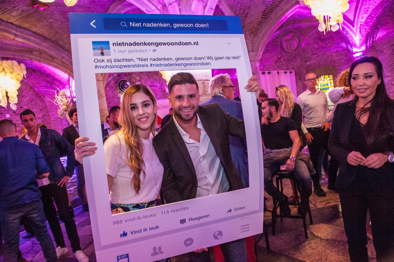 De Goudse succesvolle wereldreiziger Mohsin Amdaouch lanceert zijn online reisbureau. Na afloop ging hij met fans op de foto.