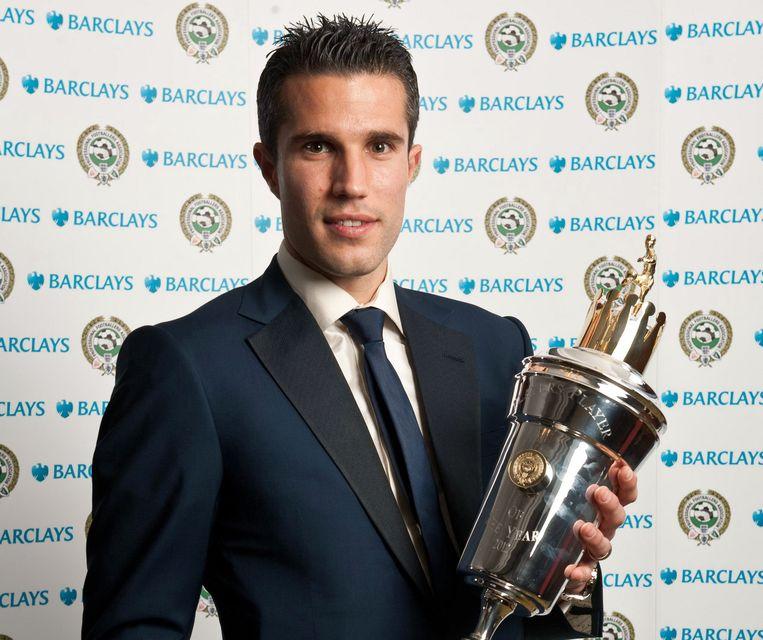 Van Persie met de award van de verkiezing onder spelers in Engeland. Beeld AP