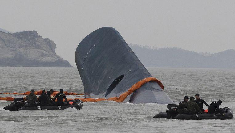 De Zuid-Koreaanse kustwacht zoekt naar overlevenden na de ramp met de veerboot in april 2014 Beeld ap
