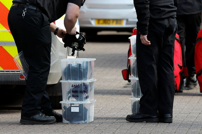 Britse agenten laden gasmaskers uit op de plek waar Skripal mogelijk vergiftigd werd