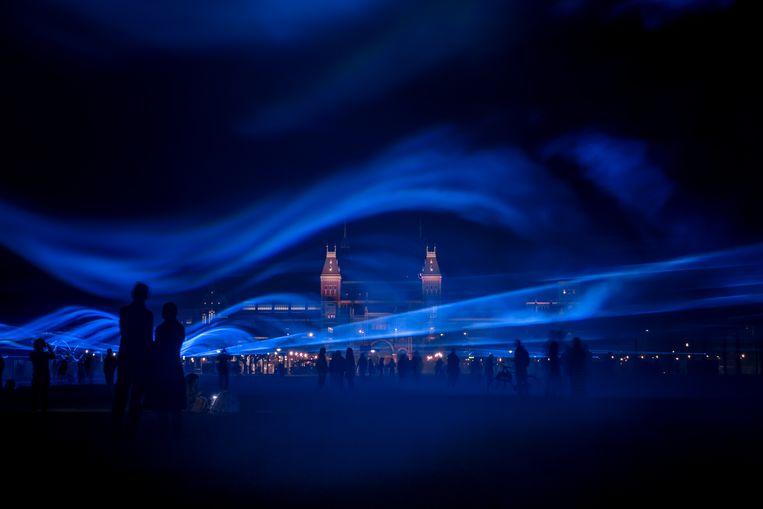 Waterlicht is een poëtische, blauwe lichtinstallatie die toont hoe het zou zijn als de dijk er niet was. Beeld Studio Roosegaarde