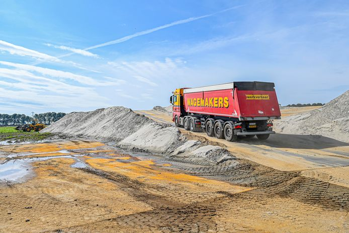 Veel voorbereidend werk bezig op terrein Logistiek Park Moerdijk. Er wordt een ringsloot gegraven en er wordt weer veel grond aangevoerd. Gaat nu om grond die weggegraven wordt bij werk aan spoor in Zevenbergen.