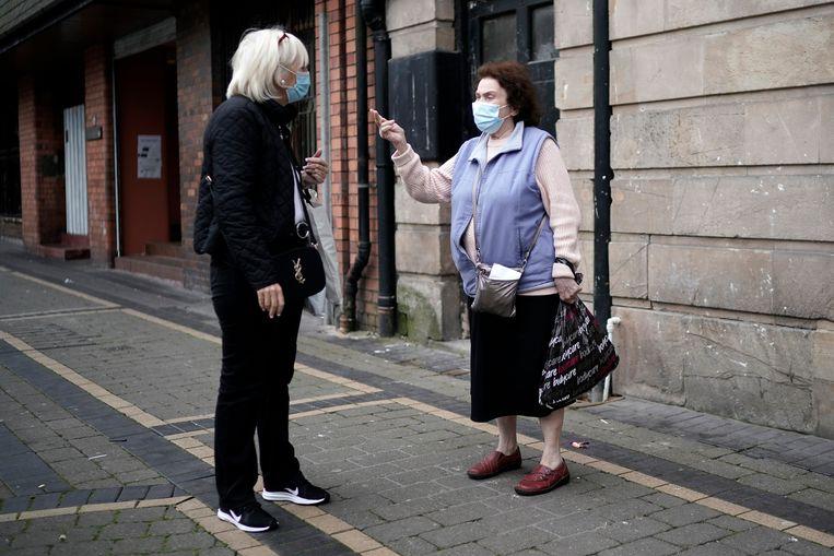 In het Verenigd Koninkrijk moet men verplicht een mondkapje dragen als ze een winkel binnengaan.\ Beeld Getty Images