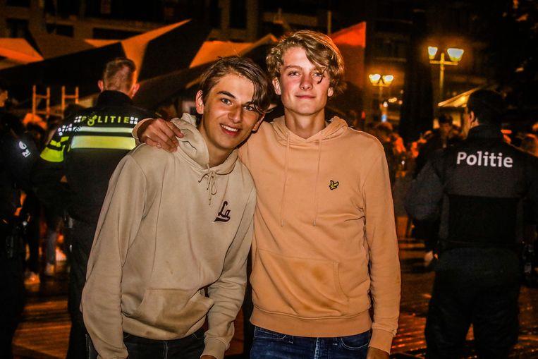 Tommy (rechts): 'Wij houden van België. we zouden graag nog langer blijven op café, maar morgen zijn we er terug. Zeker weten!' Beeld Benny Proot