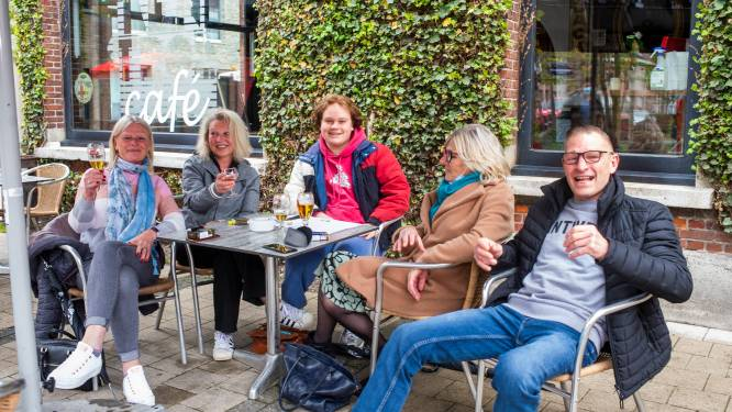 """""""Leven is meer dan werken alleen"""": stamgasten Den Trol genieten van eerste pintjes op terras"""