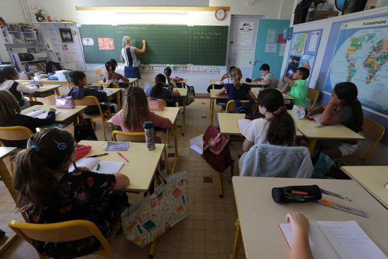 Een leraar geeft les op een school in Lyon.  In die stad wil de burgemeester tijdelijk geen vlees serveren in de lunches op school.  Beeld REUTERS