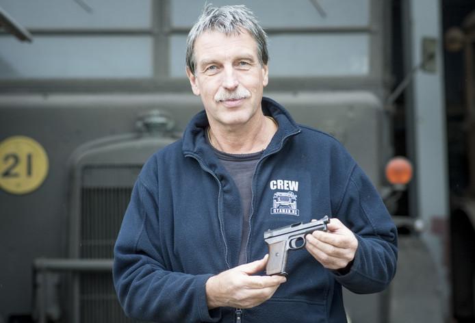 Joop Staman met pistool