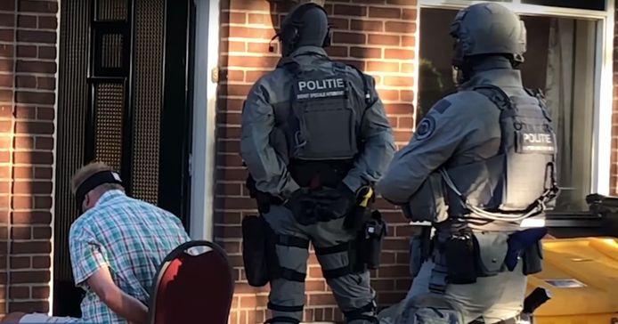 De politie doet een inval in een drugslab in Montfoort, dat onder een enorme berg zand lag.