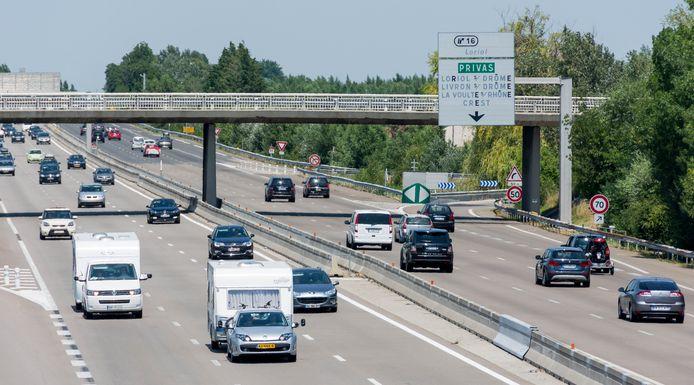 Nederlandse caravans rijden op de Frans snelweg op weg naar hun vakantiebestemming via de Route du Soleil.