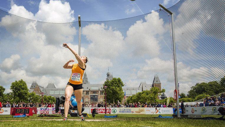 De Nederlandse discuswerpster Corinne Nugter woensdag in actie bij de EK atletiek op het Museumplein in Amsterdam. Op de achtergrond het Rijksmuseum. Beeld Jiri Buller / de Volkskrant