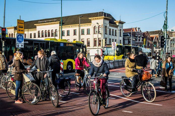 Chaotische fietsersdrukte op de kruising van de Catharijnesingel en Smakkelaarsveld door voortdurende werkzaamheden.