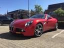 Alfa Romeo 8C geparkeerd voor de viswinkel in Aalst.