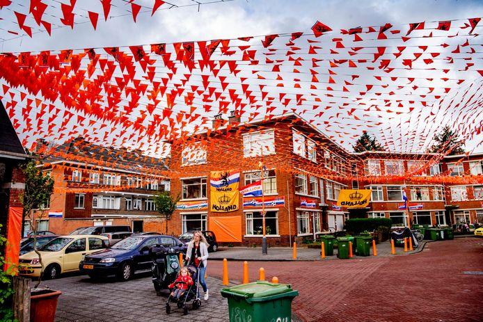 DEN HAAG - Straten zijn helemaal oranje versierd in de Haagsche transvaal wijk voor het ek voetbal 2021 . ROBIN UTRECHT