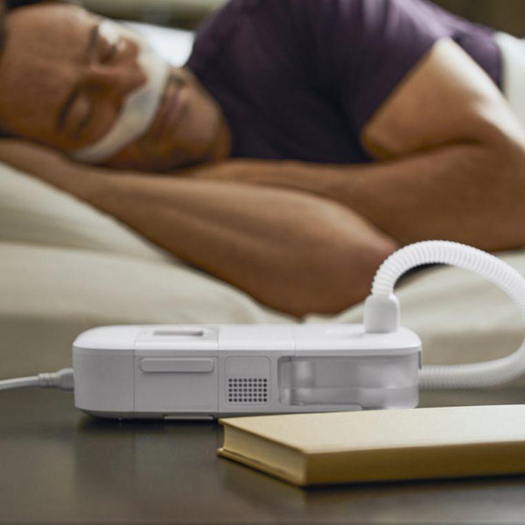 De CPAP-apparaten worden gebruikt door mensen met slaapapneu. Op de foto is de DreamStation Go Auto CPAP van Philips te zien, een apparaat waar problemen mee zijn. Beeld Philips