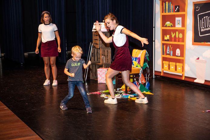 Theatergroep Letter Belangrijk vierde het feestje mee, samen met een jongetje uit de zaal.